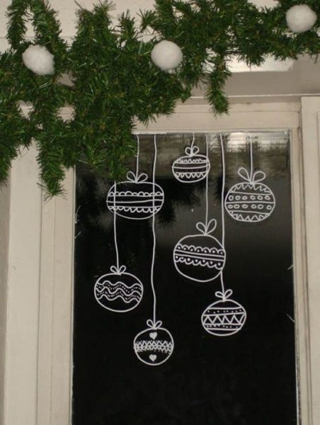 рисуем елочные шары на окнах