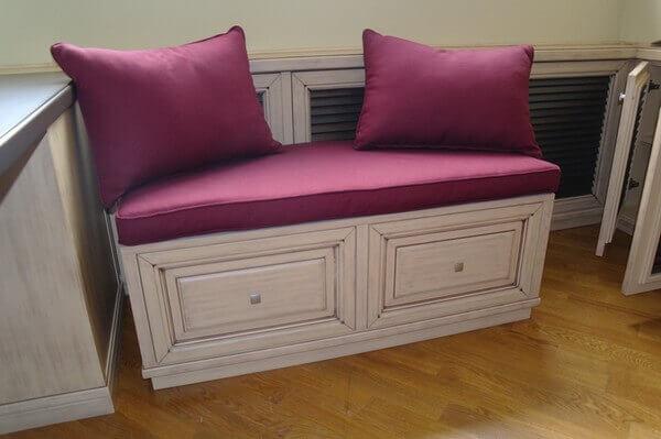 Красивая скамейка с мягким сиденьем