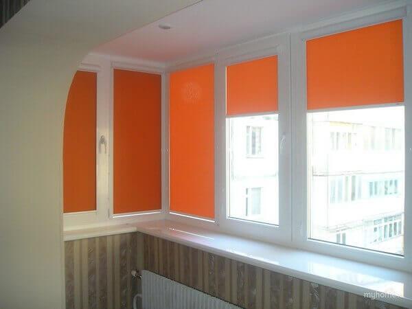 оранжевые рулонные шторы на балконе