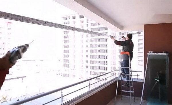 установка стеклянных панелей