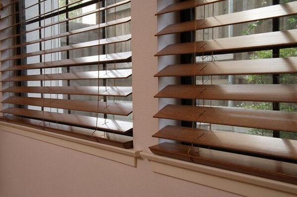 деревянные жалюзи на балконе