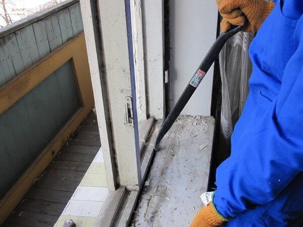 Демонтаж деревянного оконно-дверного блока