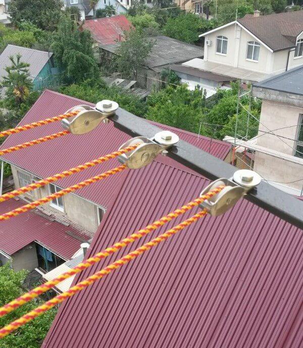 как натянуть бельевую веревку на балконе