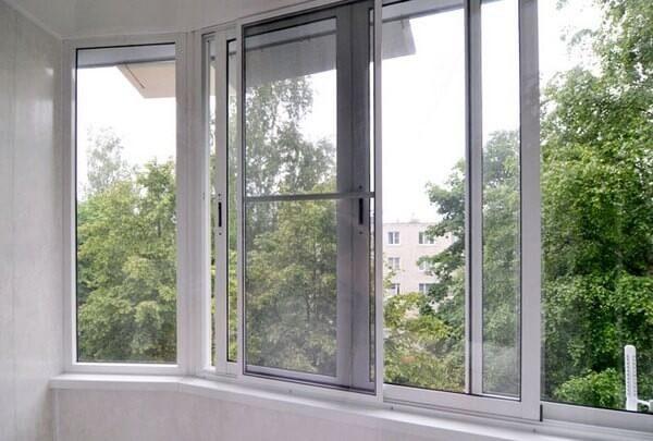 раздвижная москитная сетка на балконе