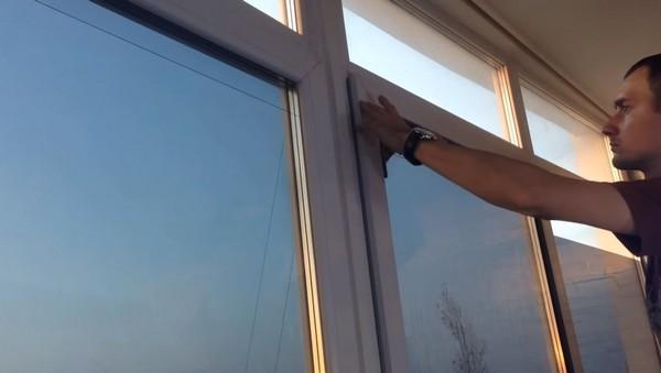 окна на балконе с тонировкой