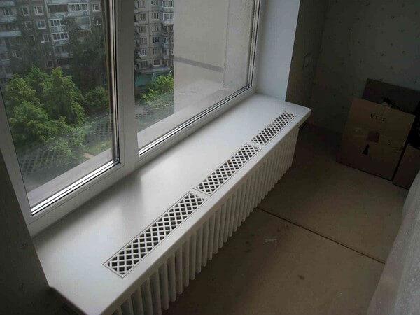 подоконник с вентиляционными решетками