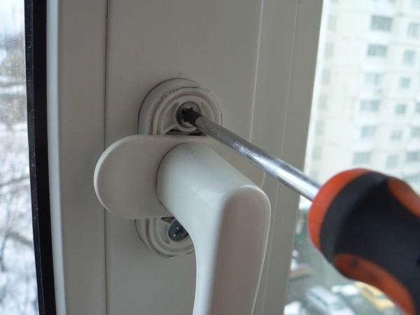 Регулировка оконной или дверной ручки