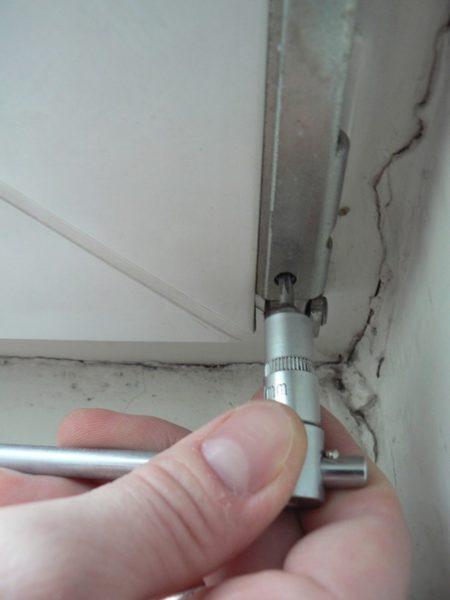 регулировка окна с помощью нижней петли