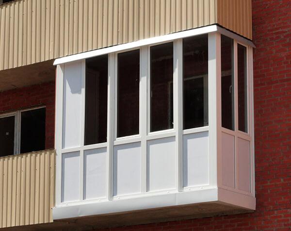 остекленный балкон с наружной отделкой